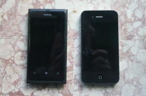 Nokia Lumia 800 e Apple iPhone 4 spenti