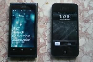 Nokia Lumia 800 e Apple iPhone 4: schermata standby